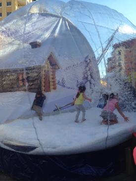 Des enfants dans une bulle de fausse neige... weird!